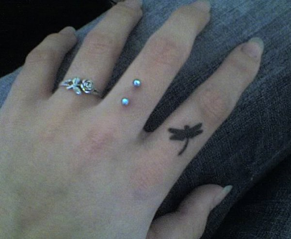 777e78c7c 28 Dazzling Finger Tattoos That Can Amaze Your Personality.